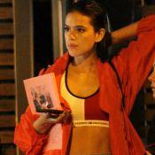 Bruna Marquezine deixa barriga à mostra em look descolado com top de R$ 90