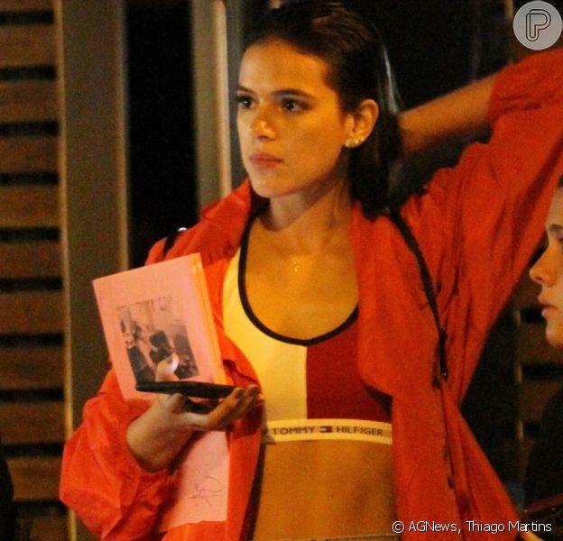 Bruna Marquezine foi vista com um look descolado, no Rio de Janeiro, na noite da última quinta-feira, 16 de novembro de 2017