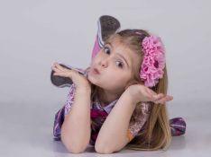 Aos 6, Lorena Queiroz, de 'Carinha de Anjo', já é vaidosa: 'Francesinha nos pés'