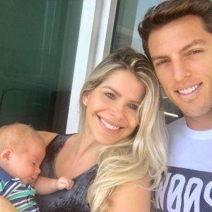 Mostra Nunes. Foto do site da Pure People que mostra Karina Bacchi mostra namorado, Amaury Nunes, com filho em foto: 'Doce surpresa'
