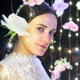 Clara (Bianca Bin) reaparece em Palmas em baile beneficente, é coroada embaixatriz no lugar de Sophia (Marieta Severo) e deixa todos chocados com sua presença. 'Boa noite! Vocês não imaginam o prazer que é estar de volta', declara a protagonista da novela 'O Outro Lado do Paraíso'