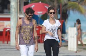 Juliana Didone exibe boa forma em caminhada na orla com namorado, Flávio Rossi