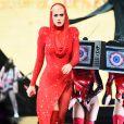 Katy Perry inicia o show da turnê 'Witness Tour' com um look vermelho e cheio de brilhos assinado por Adam Selman e Jamie Mizrahi, e com botas de Sergio Rossi