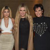 Mãe 'entrega' gravidez de Kylie Jenner e Khloé Kardashian em foto: 'Família'