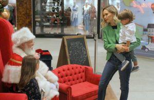 Fernanda Rodrigues, de visual novo, leva filhos ao encontro de Papai Noel. Fotos