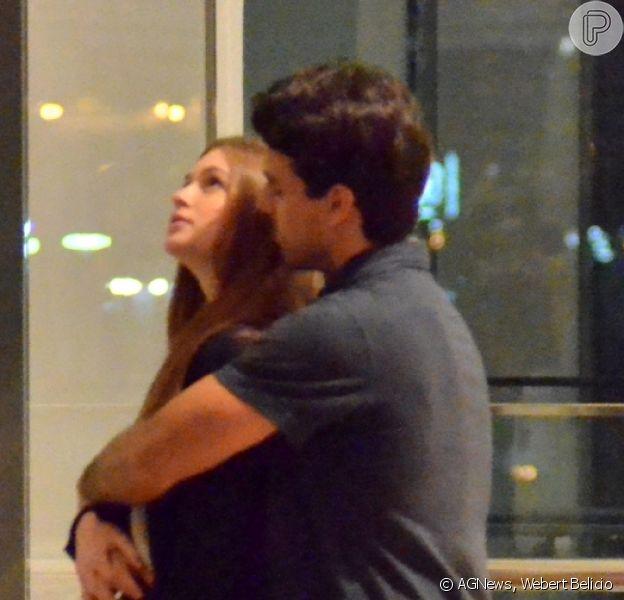 Marina Ruy Barbosa ganhou carinho do marido, Xandinho Negrão, enquanto aguardava o elevador