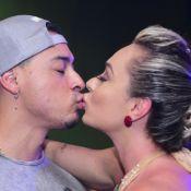 Após reatarem casamento, Juju Salimeni e marido se beijam em evento de carnaval