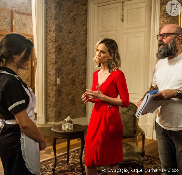 Clara (Bianca Bin) é agarrada a força por Ronaldo (Rodrigo Veronese), que mente para Fabiana (Fernanda Rodrigues), no capítulo que vai ao ar segunda-feira, dia 4 de dezembro de 2017, na novela 'O Outro Lado do Paraíso'