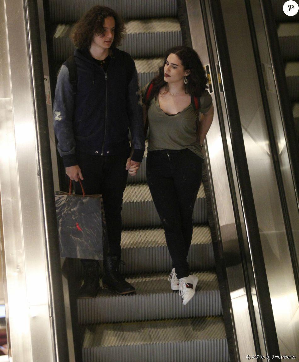 Lívian Aragão aproveitou uma folga da novela 'Tempo de Amar' para passear com o namorado, José Marcos, em um shopping do Rio, na segunda-feira, 27 de novembro de 2017