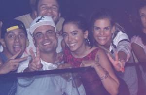 Anitta usa minissaia em show do Melanina Carioca ao lado de amigos, no Rio