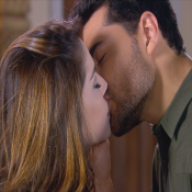 'Carinha de Anjo': após beijo, Cecília aceita pedido de casamento de Gustavo