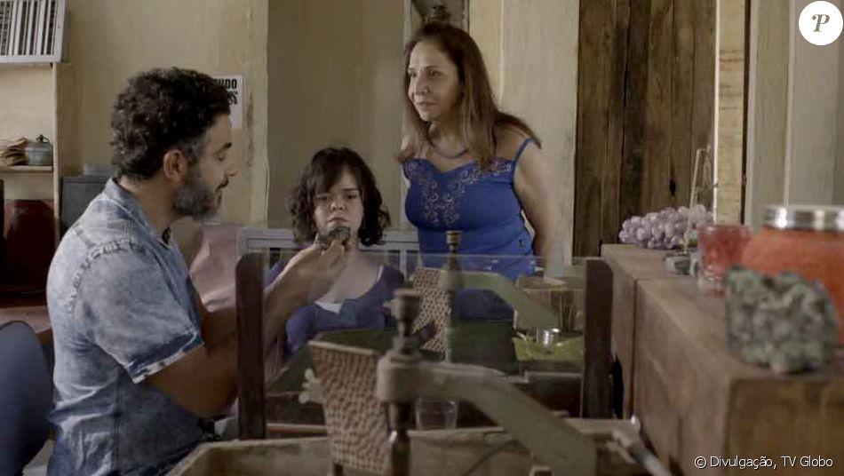 Rosalinda (Vera Mancini) alerta Estela (Juliana Caldas) sobre os sentimentos de Juvenal (Anderson Di Rizzi) por ela,  na novela 'O Outro Lado do Paraíso'