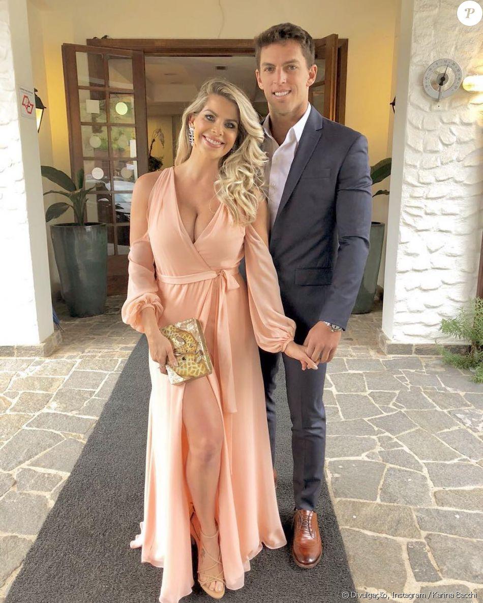 Karina Bacchi aposta em vestido salmão com fenda para o casamento de Ticiane Pinheiro e Cesar Tralli, em 2 de dezembro de 2017