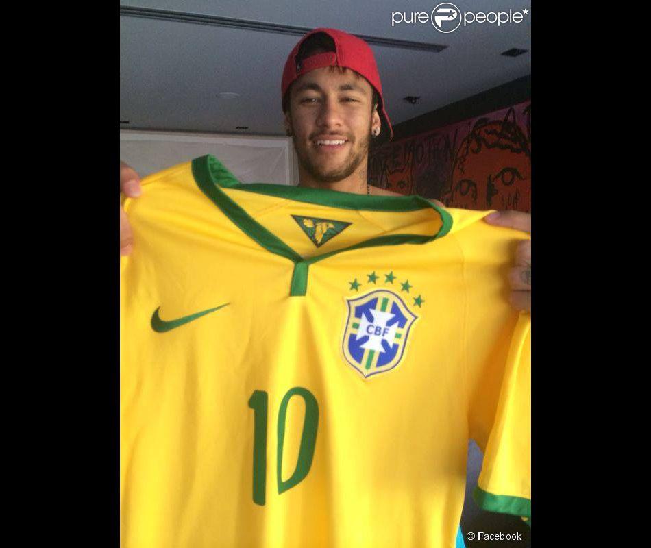 Neymar está de volta ao Brasil e prestigiou o jantar de aniversário de Jayme Monjardim, diretor de 'Em Família', na casa dele, na Barra da Tijuca, Zona Oeste do Rio de Janeiro, na noite desta segunda-feira, 19 de maio de 2014. O craque estava com Bruna Marquezine, mas o casal evitou posar junto