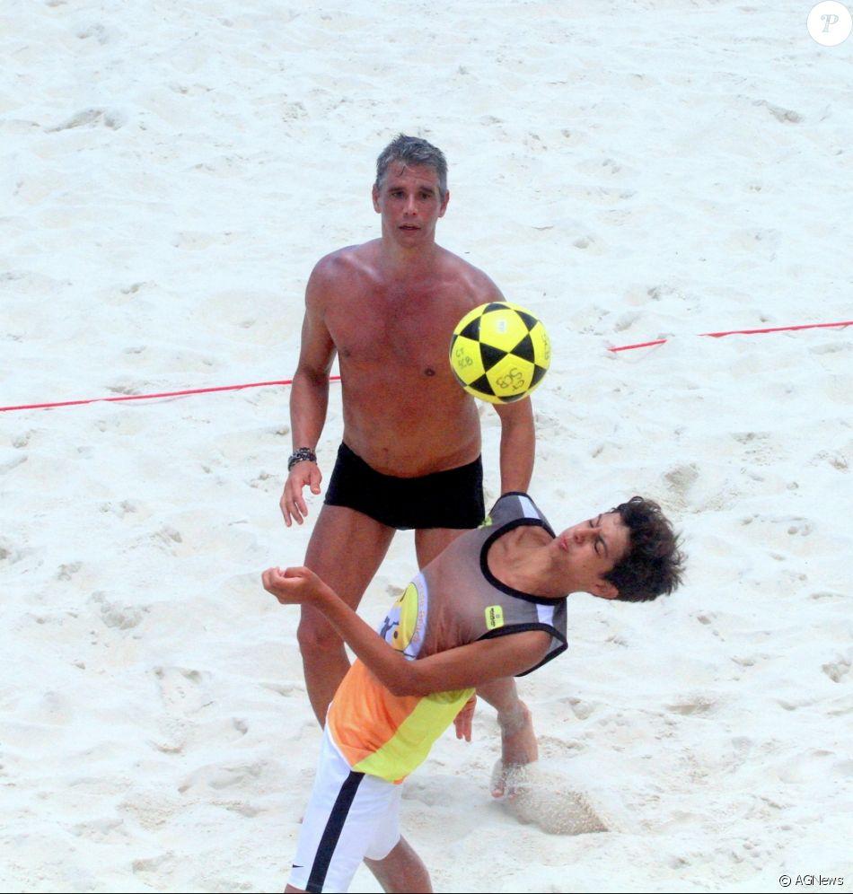 Marcio Garcia joga futevôlei com o filho, Pedro, e mostra habilidade em partida, realizada em São Conrada, Zona Sul do Rio de Janeiro, na tarde desta segunda-feira, 4 de dezembro de 2017