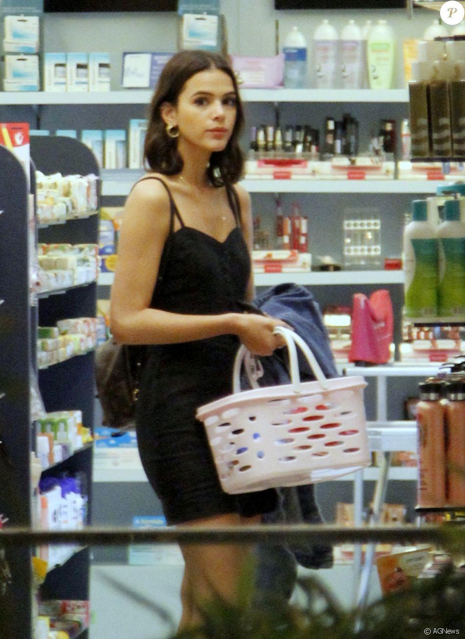 Bruna Marquezine fez compras de cosméticos na drogaria Discover,no shopping Village Mall