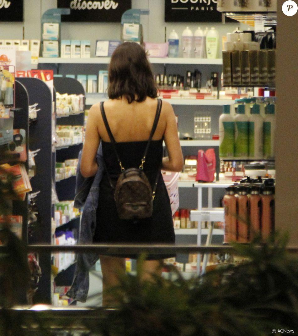 Bruna Marquezine usou mini mochilada grife Louis Vuitton, avaliada em R$ 5,8 mil para passeio em shopping
