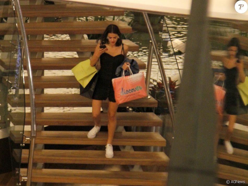 Bruna Marquezine curte dia de compras no shopping Village Mall, na Barra da Tijuca,Zona Oeste do Rio de Janeiro, nesta segunda-feira, 4 de dezembro de 2017