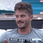 'A Fazenda': Marcos Härter cita ex-affair do BBB aos gritos. 'Emilly, por quê?'