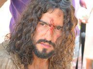 Renato Góes, com aplique no cabelo, vive Jesus em 'Paixão de Cristo'. Fotos!