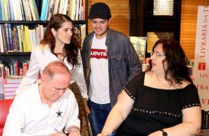 Renato Aragão recebe famosos em lançamento de livro e planeja: 'Vem filme aí'