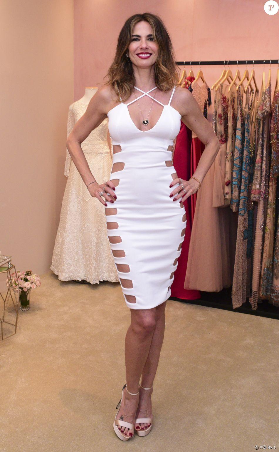 0fc968214 Luciana Gimenez ousou com um vestido repleto de recorte laterais em  inauguração de loja nos Jardins