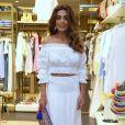 Juliana Paes optou por uma blusa cropped ciganinha com saia longa para o lançamento da nova coleção da marca Le Lis Blanc, no Rio de Janeiro, em 5 de outubro de 2017