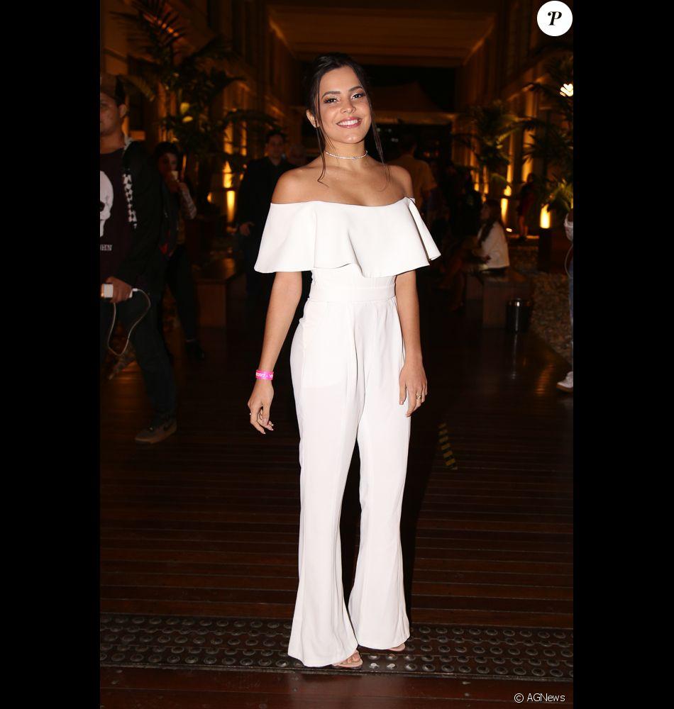 d019f84423 Emilly Araújo investiu em macacão com decote ciganinha da estilista gaúcha  Adriana Kavietz para o Prêmio