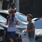 Bruno Gagliasso leva a filha, Títi, de maiô estampado, à aula de natação. Fotos!