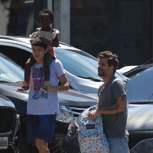 Bruno. Foto do site da Pure People que mostra Bruno Gagliasso leva a filha, Títi, de maiô estampado, à aula de natação. Fotos!