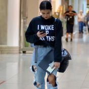 Bruna Marquezine combina jeans destroyed e moletom com frase de Beyoncé. Fotos!