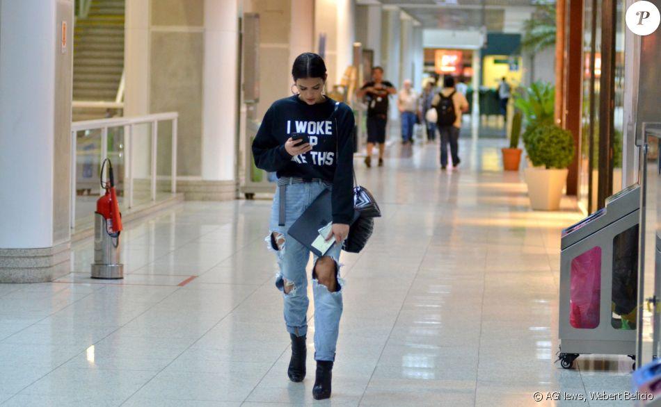 Bruna Marquezine esbanjou estilo ao embarcar no aeroporto Santos Dumont, no Rio, na quinta-feira, 7 de dezembro de 2017