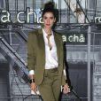 A modelo Isabella Fiorentino investiu na tendência da alfaiataria com um conjunto verde-musgo no lançamento da nova coleção da grife Rosa Chá, na rua Oscar Freire, em São Paulo, em 7 de dezembro de 2017