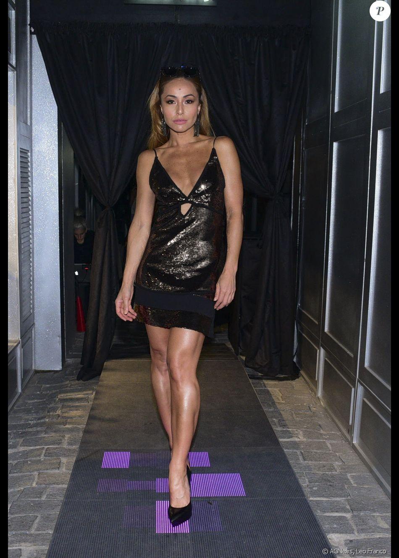 A apresentadora Sabrina Sato optou pelo brilho com um vestido coberto de  paetês no lançamento da nova coleção da grife Rosa Chá, na rua Oscar  Freire, ... 5253bf11b3