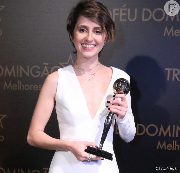 Carol Duarte ganha prêmio de Atriz Revelação no 'Melhores do Ano', no 'Domingão do Faustão', neste domingo, 10 de dezembro de 2017