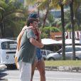 Pabllo Vittar posa com fã na orla da praia da Barra da Tijuca