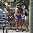Pabllo Vittar conversa com admirador na praia da Barra da Tijuca