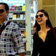 Isis Valverde engatou conversa animada com o amigo no aeroporto