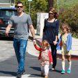 Jessica Alba conta que, se não faz exercícios físicos, caminha ou nada com as filhas