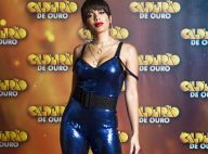 Anitta combina macacão azul de paetês com acessórios dourados. Fotos do look!