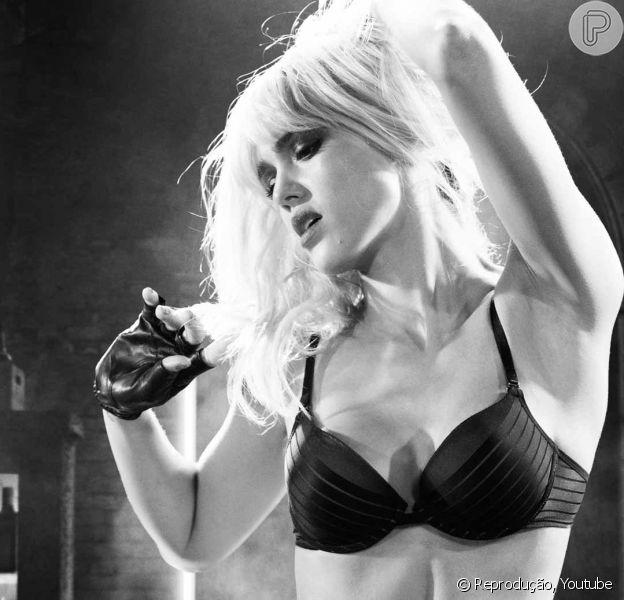 Jessica Alba se define como puritana e fala da imagem: 'Sexo ajuda a vender filme'
