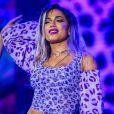 Dona de looks sensuais, Anitta adotou cabelo lilás e se apresentou com body fio-dental no Festival Planeta Atlântida no domingo, 5 de fevereiro de 2017