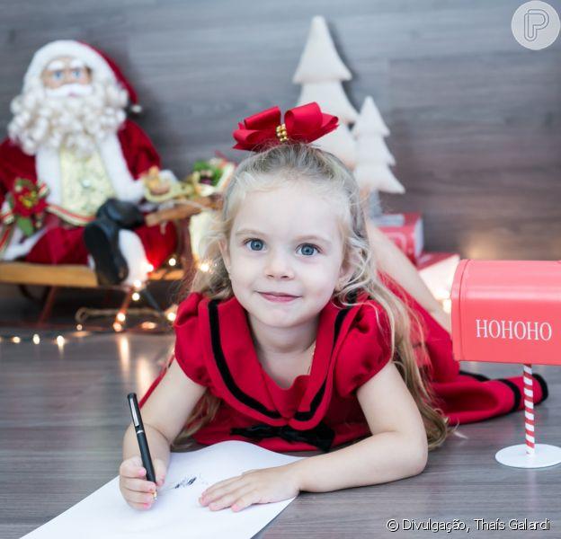 Filha de Rafael Cardoso e Mariana Bridi, Aurora fez um ensaio em clima de Natal nesta quinta-feira, 14 de dezembro de 2017