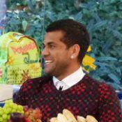 Daniel Alves diz que namoro a distância tem recompensa: 'Reencontro é animado'