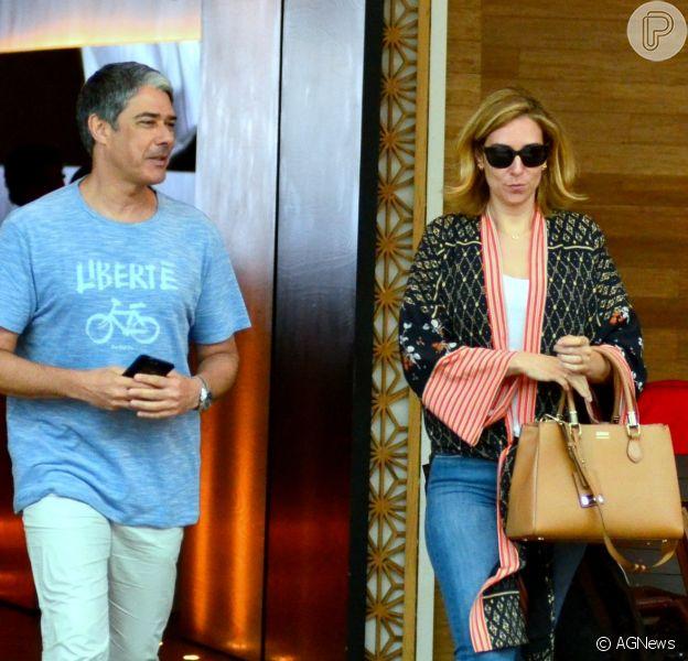 William Bonner é fotografado ao lado da namorada, Natasha Dantas, em shopping do Rio, em 16 de dezembro de 2017