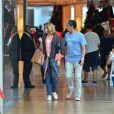 William Bonner e Natasha Dantas observam vitrines em passeio no shopping