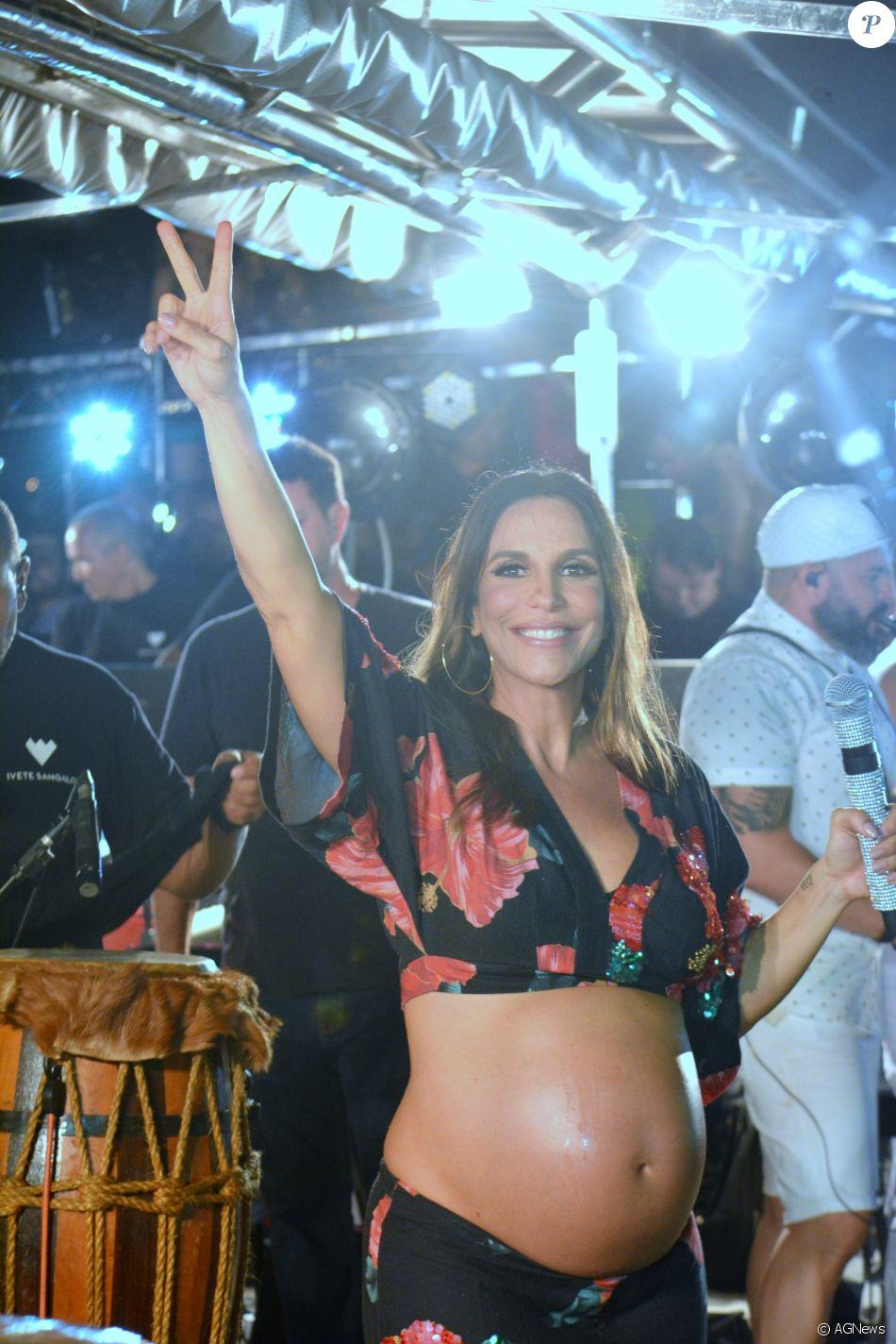 Grávida, Ivete Sangalo já vende ingressos para bloco em Carnaval 2019, como anunciou em seu Instagram nesta segunda-feira, dia 18 de dezembro de 2017