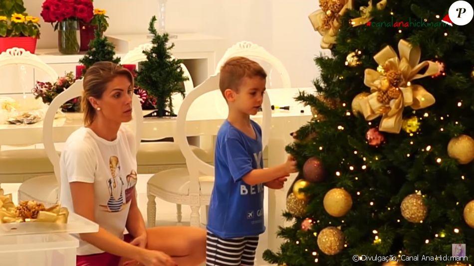 795d9381296ac Alexandre Jr., filho de Ana Hickmann e Alexandre Corrêa, ajudou a mãe a  montar a decoração de Natal
