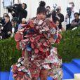 Rihanna chamou atenção com seu look excêntrico da grife  Comme des Garçons  no MET Gala,  realizado no Museu Metropolitan, em Nova York,  em 1º de maio de 2017