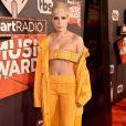 A cantora Halsey transformou o cinto em um top no iHeartRadio Music Awards, que aconteceu na Califórnia, Estados Unidos, em 5 de março de 2017